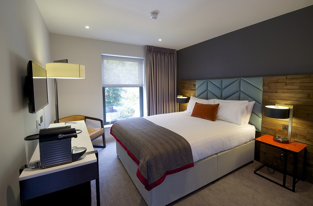 Distinction hotel brings city chic to the lodge hotel putney for Hotel design 06