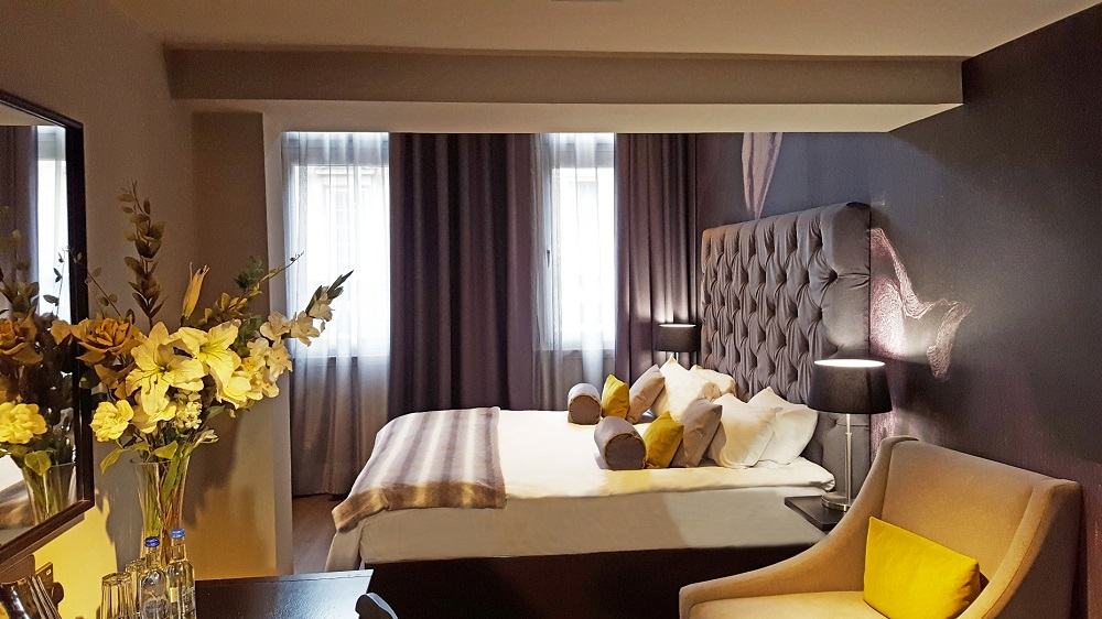Mustard bedroom - Grey Street Hotel