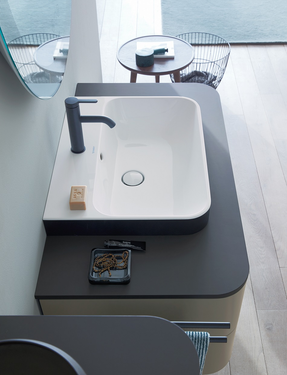 The new Happy D.2 Plus colour variants of refined Anthracite Matt or a two-tone contrast of Glossy White inside and Anthracite Matt outside lend the above-counter basins an extra layer of individuality