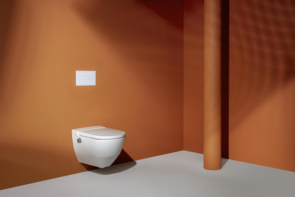 Orange set with WC toilet in the middle