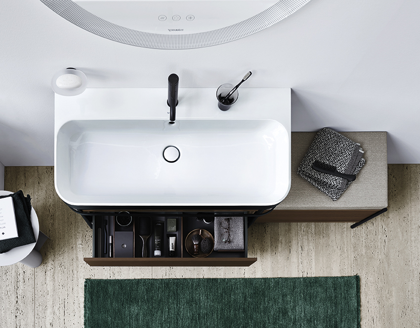Specifically developed for the characteristic shape of the Happy D.2 Plus series, for the first time, the patented c-bonded technology enables the practically seamless connection of rounded ceramics with the new floor-standing metal console in Black Matt with integrated towel rail. Faucets from the C.1 series.