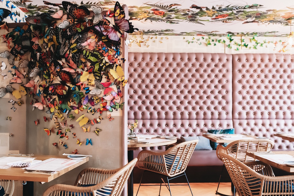 Floral eye-catching wallcovering in pink restaurant