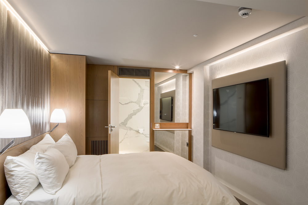 Mirrors in modern guestroom