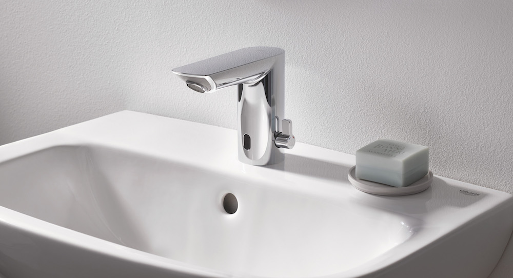 GROHE Bau Cosmo infra-red tap close up lifestyle