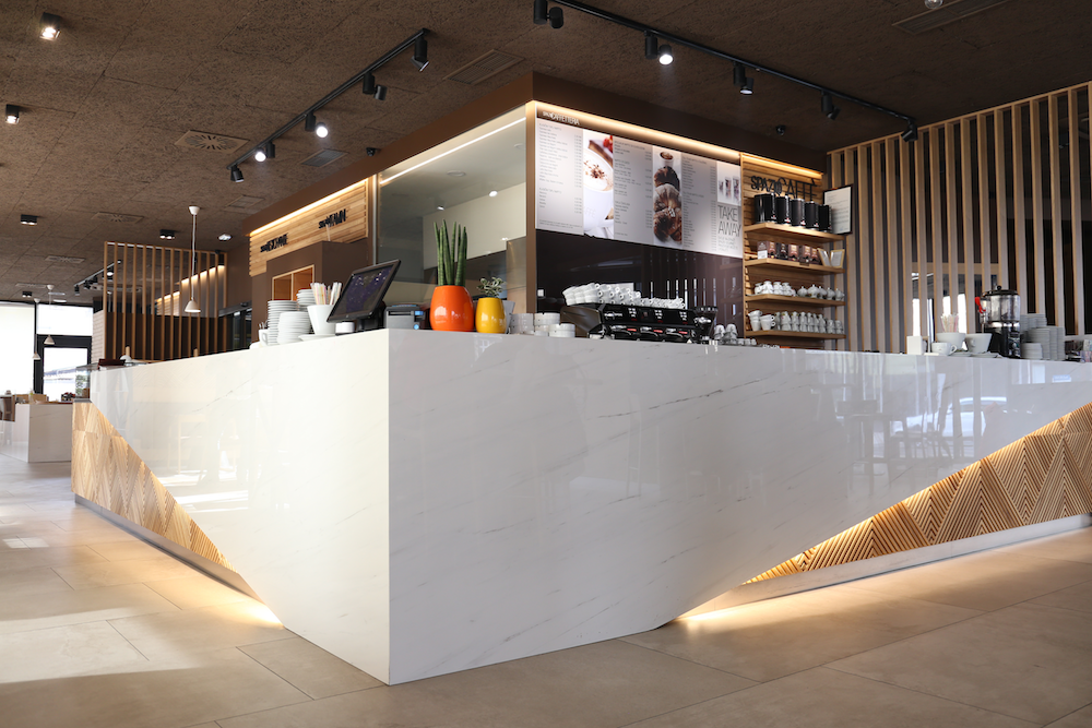 Spazio Gourmet Sarajevo 350-m² restaurant in Sarajevo, designed by Studio Kon2re. The product used in this project is Bianco Dolomite by Atlas Plan: an intense and luminous marble look, characterised by delicate dark veins, which perfectly matches the light wood with natural shades.