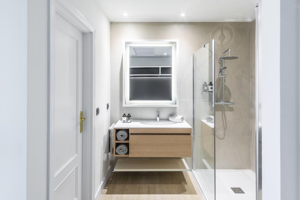 Modern bathroom in Madrid