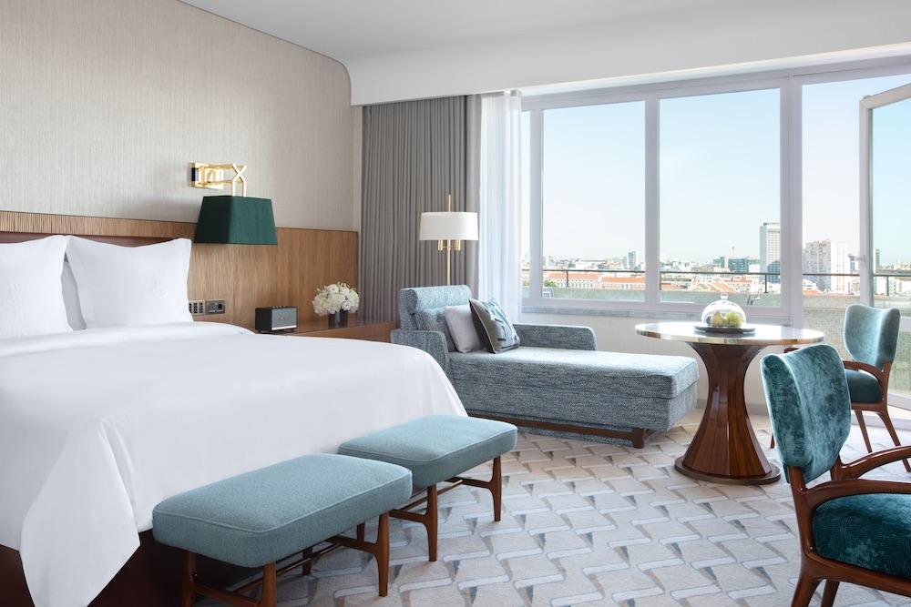 A smart and well-designed room inside Four Season Ritz Lisbon