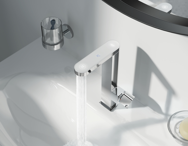 GROHE Plus tap with digital temperature display