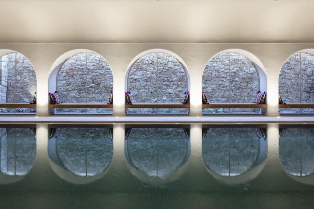 Indoor pool with pillars