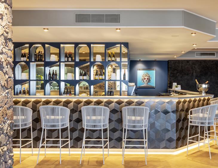 A dramatic bar inside RG Naoxs